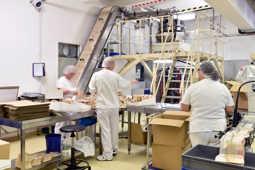 Arbeiter in einer Fabrik für Süßwaren // worker in a factory for confectionery