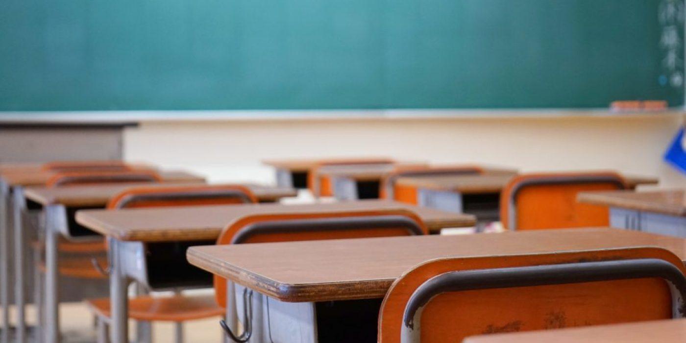 学校の教室 黒板 中学校 高校 授業 講義 試験会場 試験場 教壇 夏期講習